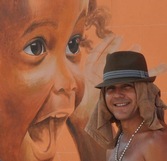 Garrick Marchena and his Much'i Ser'i Trapi; a take on the popular children's song 'Don Pancho Pikaflor' (mural is located under the viaduct in Otrobanda)