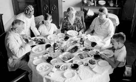 Dutch Colonial family enjoying a rijsttafel back in the day. Source: http://cookingwithoutborders.wordpress.com.