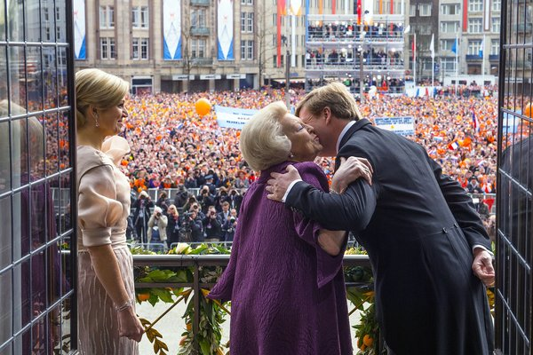 King Willem-Alexander receiving a kiss from his mother, Beatrix. His wife, Maxima and the rest of Orange Nation looked on. Source: Jeroen Van Der Meyde/Dutch Royal House.