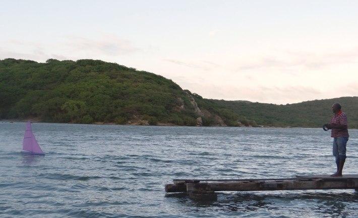 Ibi Zimmerman sailing his micro-boat in Boka Samí's Salinja.