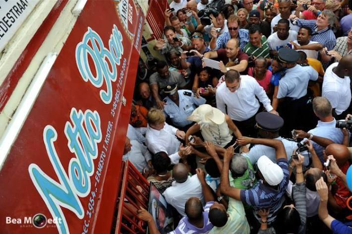 A veritable mob scene at legendary Netto Bar in Otrobanda.